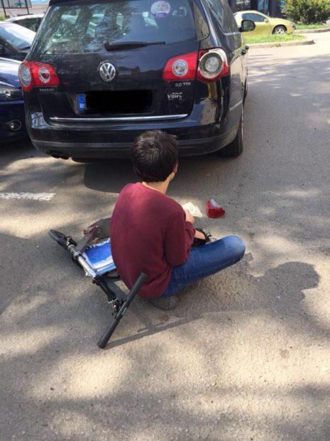 Gestul unui copil care a lovit cu trotineta o mașină a devenit viral pe Facebook. A așteptat proprietarul cu banii în mână pentru a plăti paguba