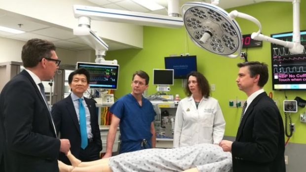 Dr. Andrew Lee (al doilea din stânga) și echipa sa de la Universitatea Johns Hopkins