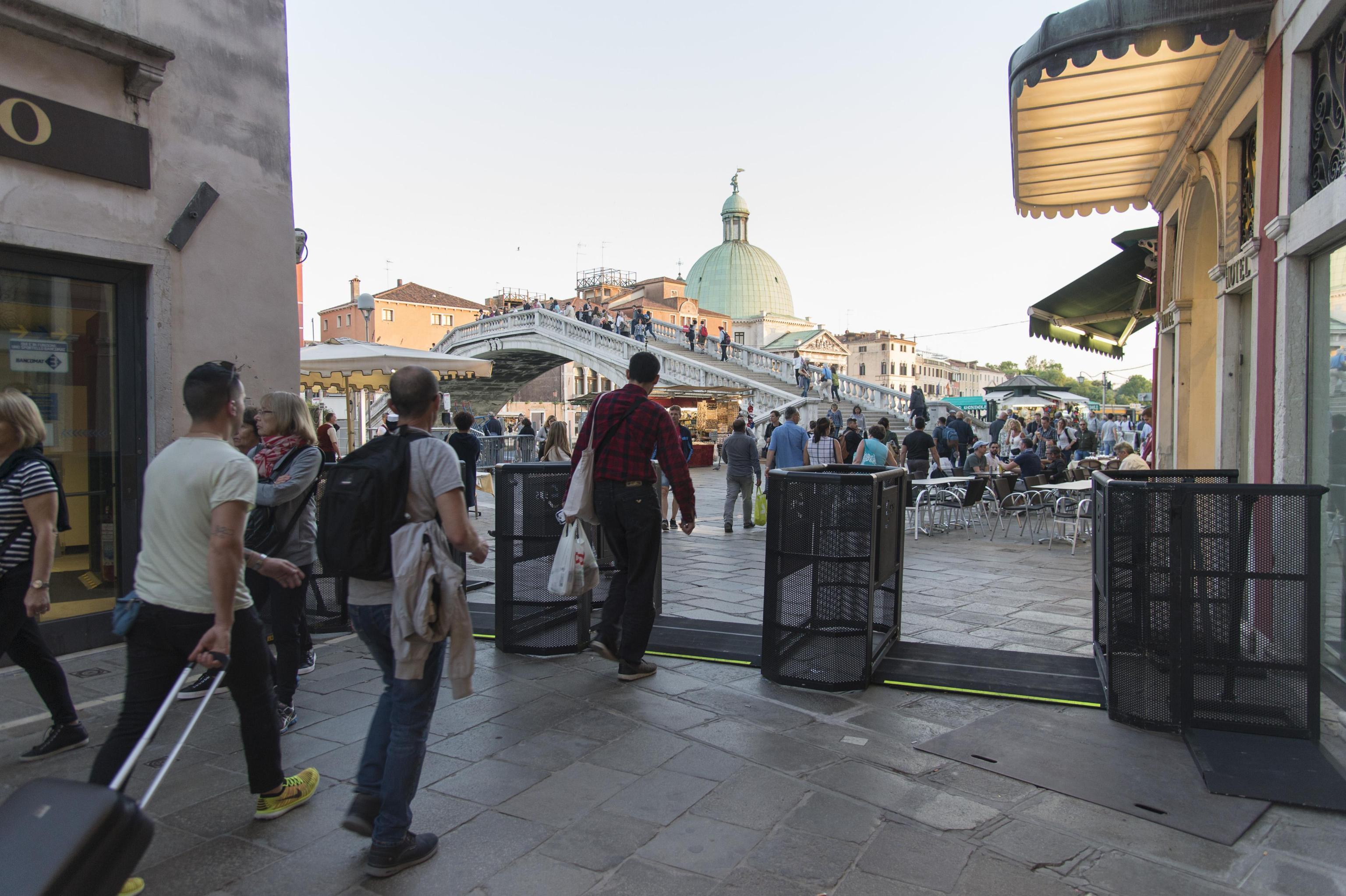 Veneția limitează numărul turiștilor. Autoritățile au instalat porți de acces