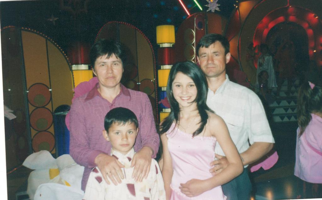 Irina Rimes vrea să-și mute părinții în România- Irina Rimes alături de părinții ei și fratele mai mic