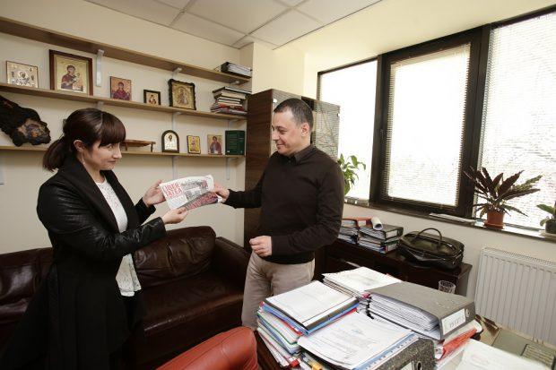 """Primăriile au primit ediția specială """"Libertatea de Pipera"""". Arhitectul- șef Dragoș Stelniceanu a primit ziarul Libertatea de Pipera"""