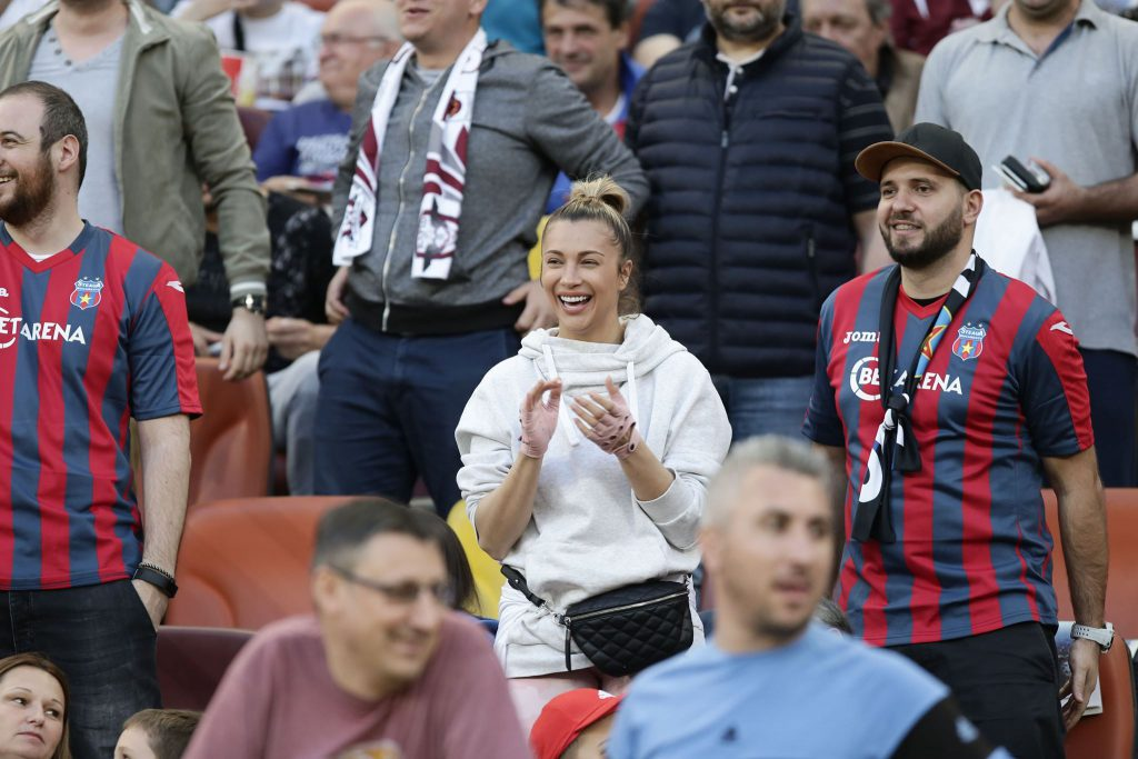 Lora este microbistă înfocată și adoră atmosfera de pe stadion