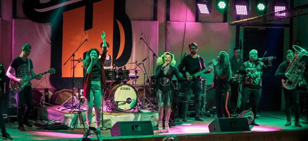 VIDEO EXCLUSIV/Armand Assante a cântat cu Loredana. Artista l-a invitat pe scenă și l-a învățat un vers în română