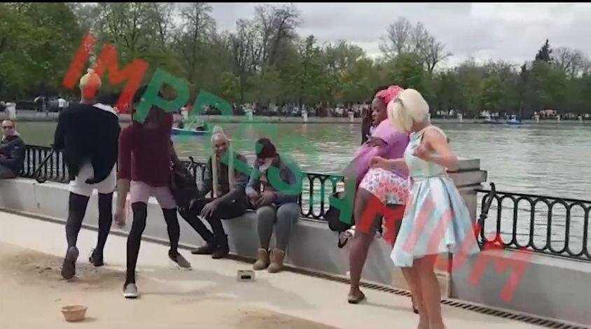Maria Constantin dansează cu travestiții. Cum a fost surprinsă pe stradă, în miezul zilei / VIDEO