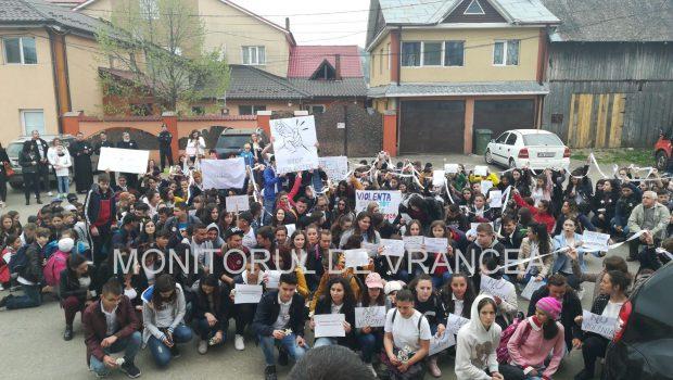 Marș de solidaritate pentru tânăra din Vrancea care a fost desfigurată în bătaie de iubit. Tânăra de 19 ani a fost stâlcită în bătaie de iubitul ei