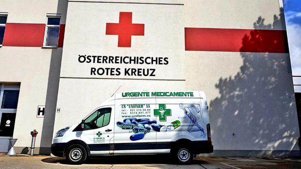 O mașină a Unifarm parcată în fața sediului Crucii Roșii din Austria