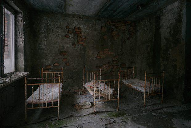 Salon de spital, din Pripiat, cu paturi de fier ruginite şi pereţi scorojiţi, distrus după ce oraşul a fost evacuat în urmă cu 32 de ani