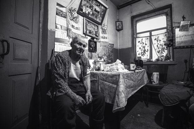 Ivan stă singur de peste 30 de ani, starea sa de sănătate e precară, şi mănâncă ce îi aduce fiul său o dată la câteva săptămâni