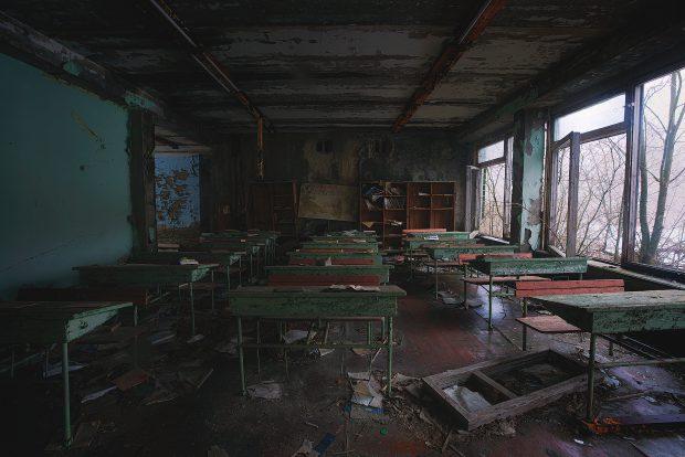 Sală de clasă din Cernobîl, abandonată, cu geamurile sparte, dar pe bănci manualele rămânând deschise la lecţia pe care copiii o studiau în data de 27 aprilie 1986