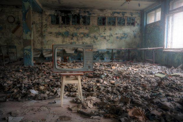 Sala unde elevii serveau masa a devenită depozit de măşti de gaze după evacuarea populaţiei din Pripiat, în mijlocul camerei fiind aşezată pe un scaun de lemn carcasa unui televizor vechi