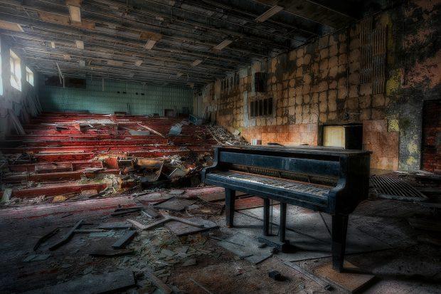 Sală de concerte din Cernobîl, abandonată, unde pianul negru la care se cânta în ziua evacuării oraşului Pripiat, a rămas neclintit, în jurul său prăbuşindu-se tavanul şi pereţii