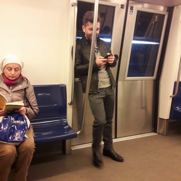 ȘTIREA MEA/Daniel Sandu, cel mai premiat regizor de la Gala Gopo, merge cu metroul