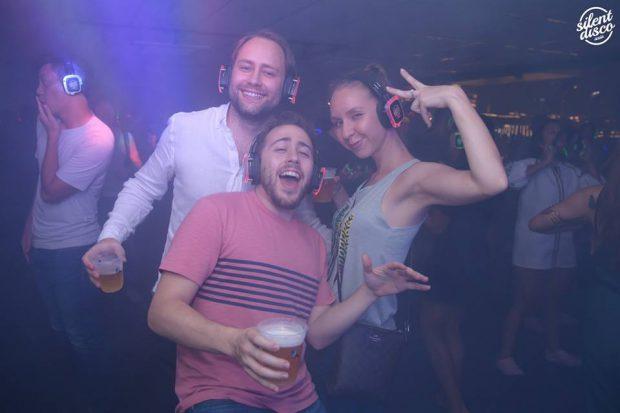 """EXCLUSIV/ """"Silent party""""- petrecerile cu muzică ascultată la căști, un nou trend pe """"piața distracțiilor"""" din Capitală"""