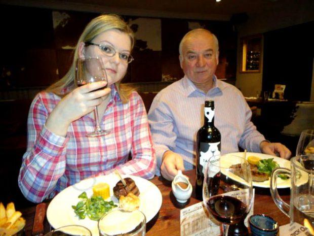 Sergei Skripal (66 de ani) şi a fiicei sale Iulia (33 de ani). Cei doi stau la masă, la restaurant