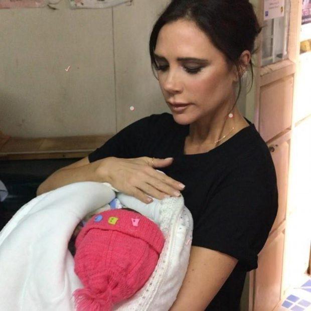 Victoria Beckham în vizită în Nairobi, la clinica Amref Clinic din Kibera (foto northfoto)