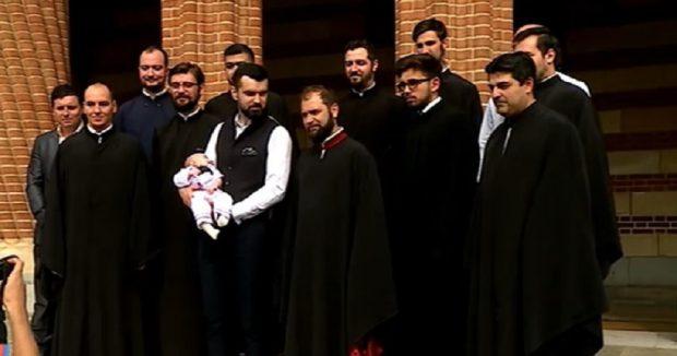 """Vlad Miriță și-a botezat băiețelul. """"Mai vrem două surioare şi încă un frăţior"""""""