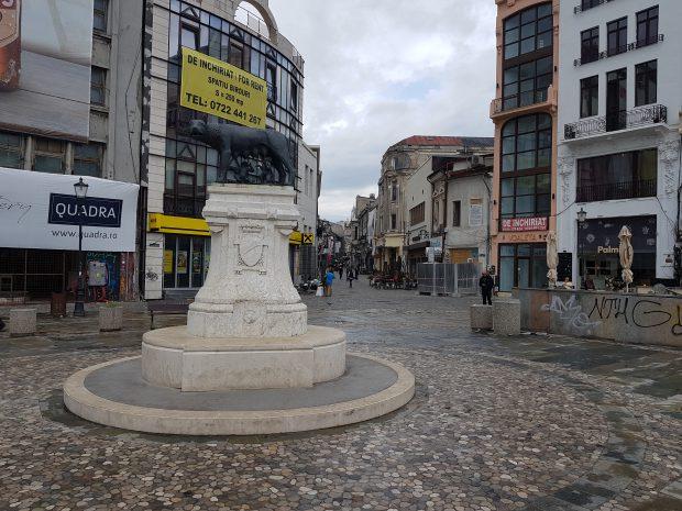 O imagine din 1920 ne arată actuala Piața Răma, la intrare în Lipscani, fotografiată dinspre actualul Bulevard Brătianu. Ceea ce sare în ochi de la început este faptul că Lupoiaca era pusă, la vremea respectivă, cu fața spre Lipscani. Astăzi stă invers…