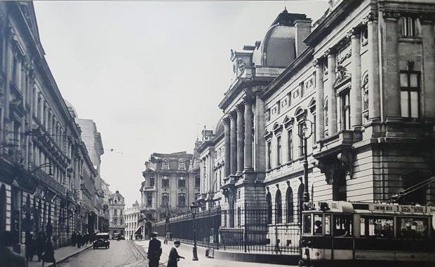 La 1890 vedem strada Lipscani cu Banca Națională a României în dreapta și Banca Românească în stânga. În fundal, unde Lipscani se intersectează cu Calea Victoriei, se vede puțin din Magazinul Victoria și din fosta clădire Lafayette - care nu mai există. La 1920, apar automobilele pe Lipscani și o clădire nouă, pe dreapta, care rezistă până astăzi. Linia de tramvai este la fel cu cea din 1890. În 2018 linia de tramvai a dispărut, automobilele sunt absente, iar trecătorii par mai veseli. Poate și pentru că fotografia este color…