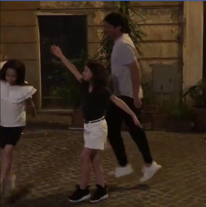 Cristi Chivu, dans pe stradă cu fetițele lui. Cât de frumos se distrează   VIDEO