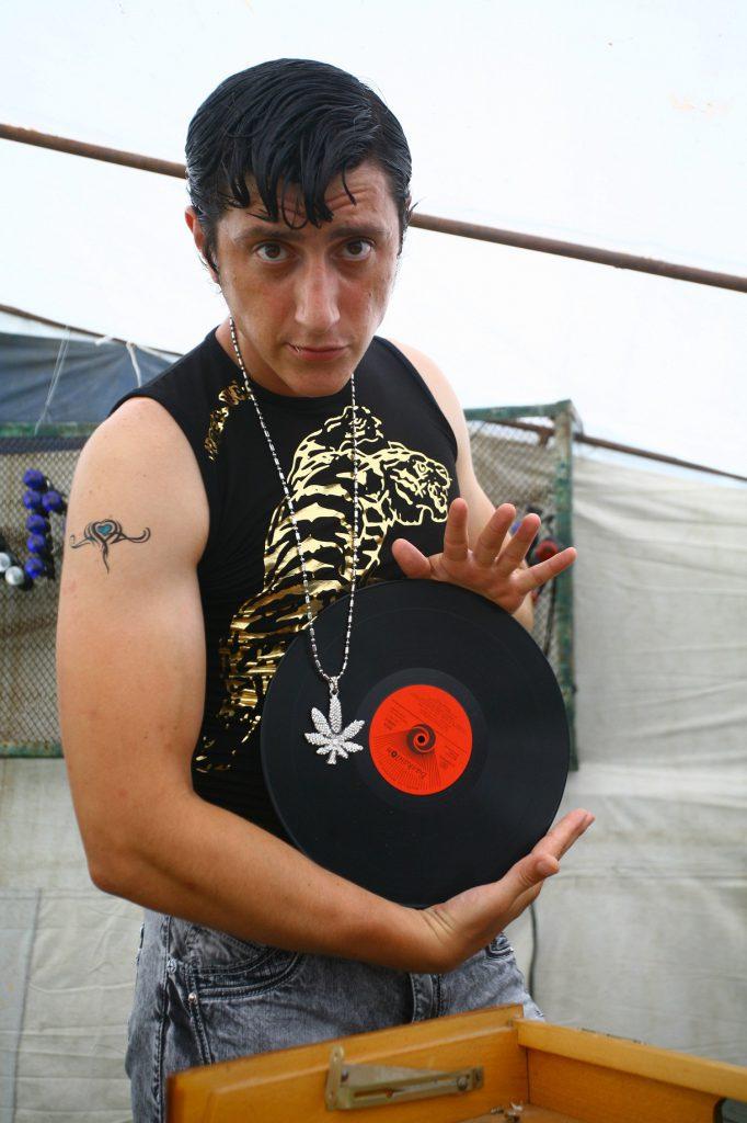 Giani din Las Fierbinți are lanțuri și haine kitsch-oase