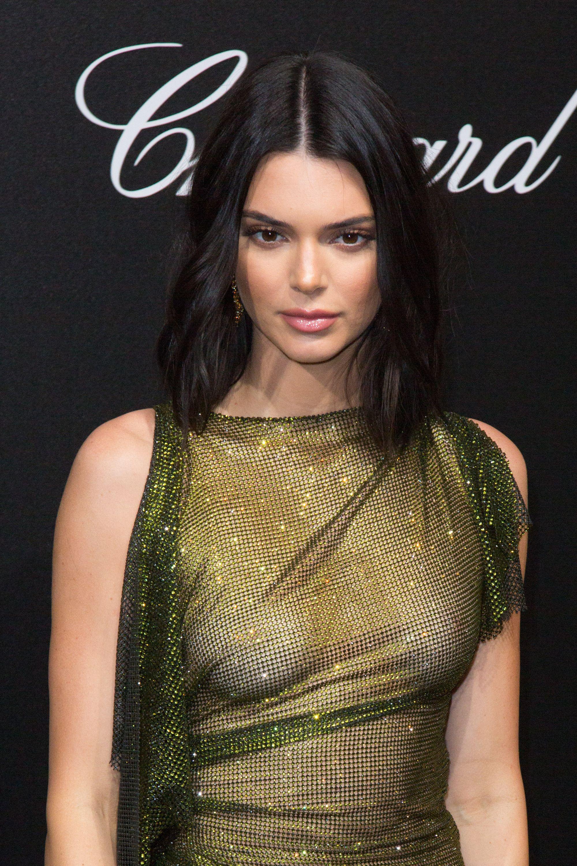 Modelul Petra Nemcova și-a arătat lenjeria intimă pe covorul roșu de la Cannes