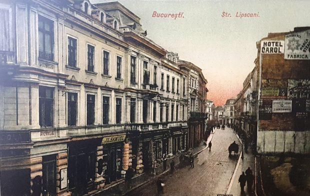 O imagine a intrării în strada Lipscani, dinspre Calea Victoriei, arată aproape identic cu cea de astăzi. A apărut doar un bloc ridicat în anii 1980 în dreapta, iar fosta Bancă Agricolă este acoperită cu plasă pentru că a instrat în renovări. Biserica Zlătari este la fel ca și acum aproape 100 de ani.