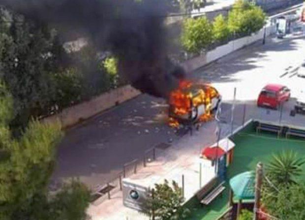 Duba incendiată de fanii de la AEK Atena în care se aflau rivalii