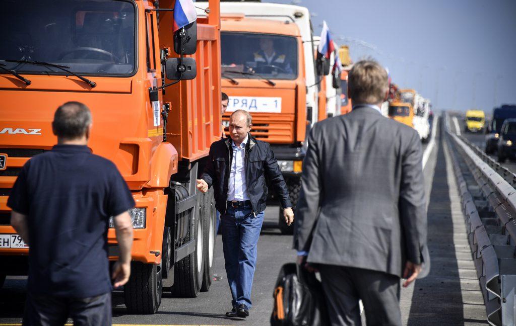Putin a traversat Podul Crimeei la volanul unui camion