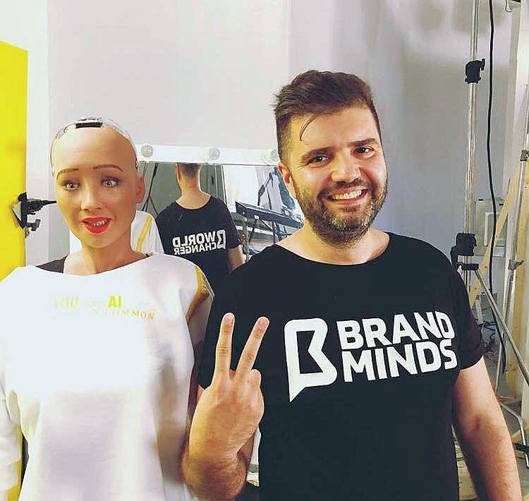 Robotul Sophia a ajuns în România. Celebru pentru că a declarat că vrea să distrugă omenirea, Sophia este primul robot cetățean al unui stat și va primi, în premieră mondială, un card de credit
