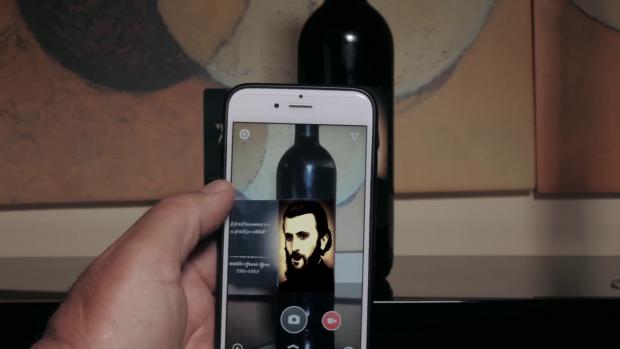 Cu ajutorul unei aplicaţii mobile, chipul lui Arsenie Boca de pe sticla de vin