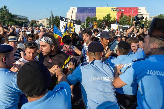 Incidente între jandarmi și protestatari, la mitingul din Piața Victoriei (20 iunie)