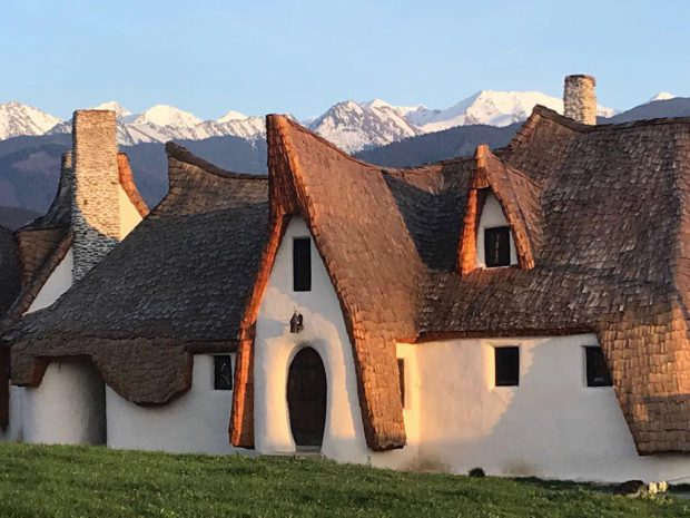 """REPORTAJ/Ileana Mavrodin, arhitecta care a proiectat """"Castelul de lut din Valea Zânelor"""", își dezvăluie secretele. Povestea caselor """"mângâiate""""!"""