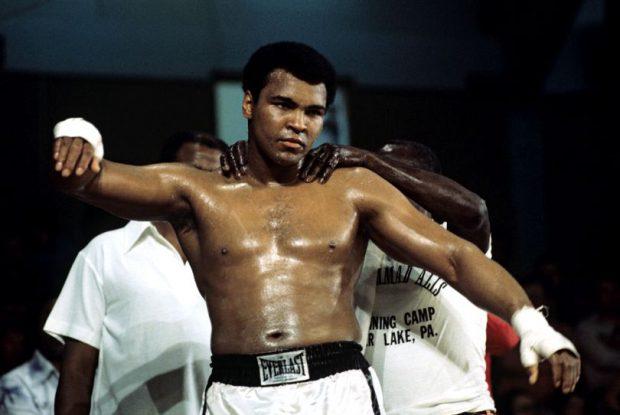 Muhammad Ali, când era tânăr, în ringul de box