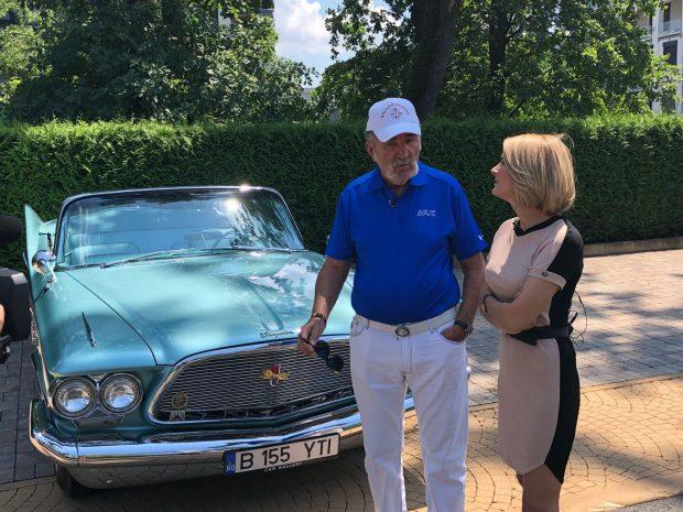 VIDEO/Sandra Stoicescu a condus mașina de 200.000 de euro a lui Ion Țiriac. A dat o tură cu Chrylser-ul din 1960!