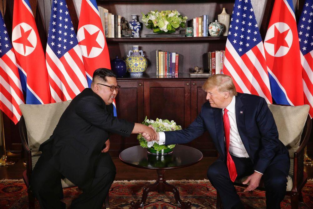 Donald Trump şi Kim Jong-un, înainte de discuţia privată (FOTO: EPA-EFE/KEVIN LIM / THE STRAITS TIMES / SPH SINGAPORE)