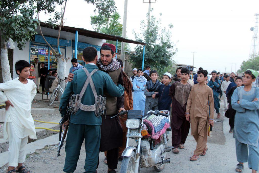 Talibanii și soldații afgani se îmbrățișează cu ocazia Eid