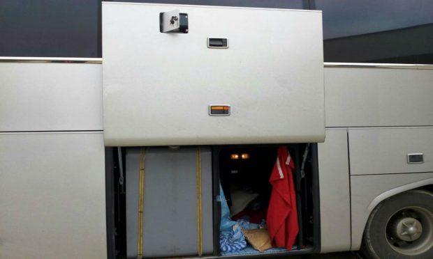 Tutun de narghilea de peste 31.000 de lei, găsit în rezervorul unui autocar înmatriculat în Bulgaria la controlul de frontieră/ FOTO