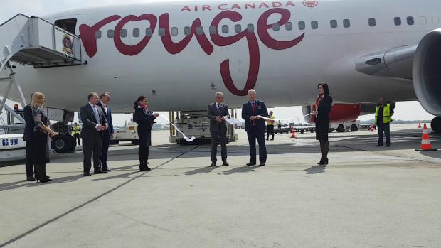 Vineri, Duncan Bureau, preşedintele Air Canada Rouge, a tăiat pamblica, în mod simbolic, de inaugurare a primului zbor transatlantic din România spre Canada