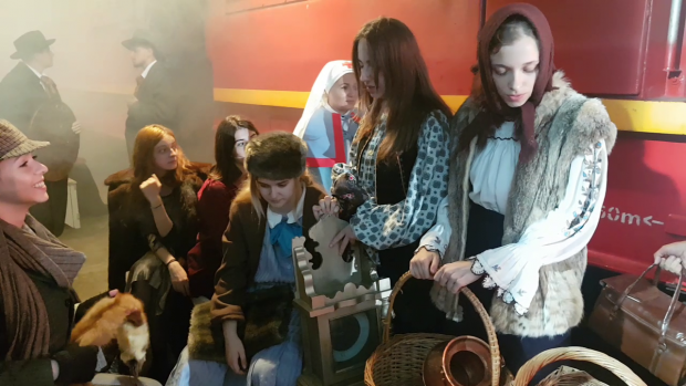 Deşi afară erau aproape 30 de grade Celsius, actorii erau costumaţi în haine groase, aveau căciuli, mănşi şi fular, fiindcă acţiunea se desfăşura iarna