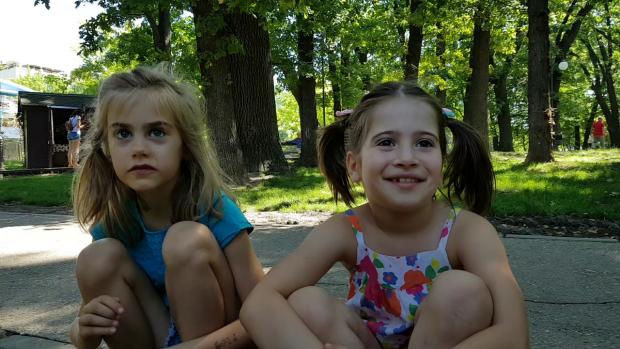 Adela (stânga) şi Clara (dreapta) sunt doi dintre cei 19 copii care au jucat în