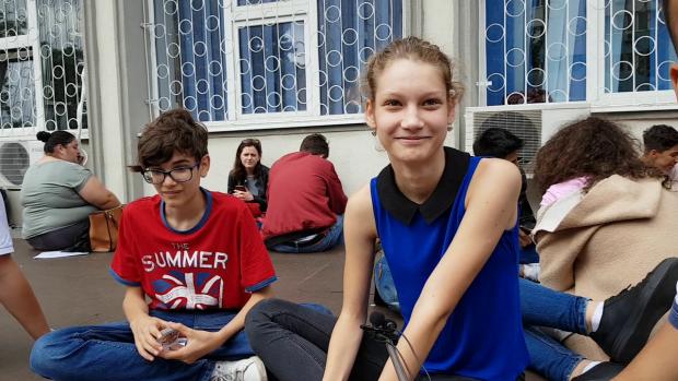 Denisa a venit din localitatea Măgurele, judeţul Ilfov, pentru a se înscrie la liceu în Bucureşti, convinsă că va învăţa mult mai multe dacă va studia în Capitală