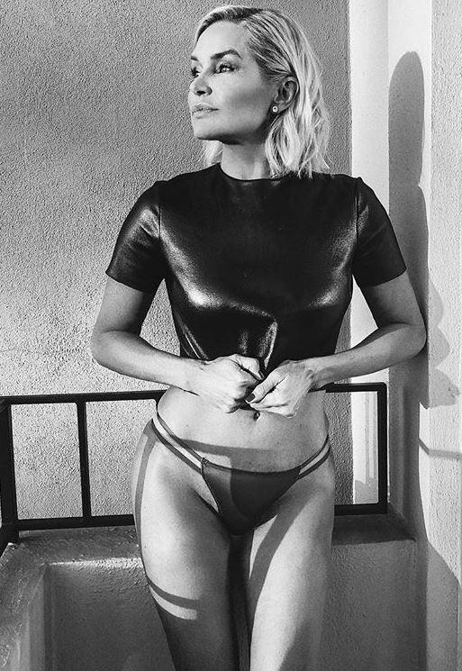 FOTO  Cât de bine arată Yolanda Hadid la 54 de ani în bikini