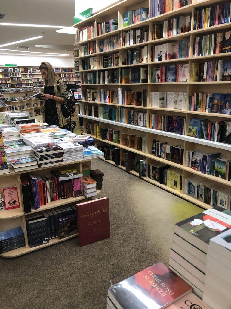 Alina Eremia citește cărți din literatura internațională