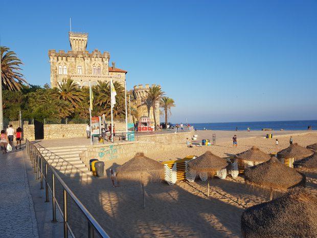 Castel aflat pe malul Oceanului Atlantic, în Estoril, o staţiune din apropierea Lisabonei, care se învecinează cu Cascais, orăşelul unde Mircea Eliade a avut o casă