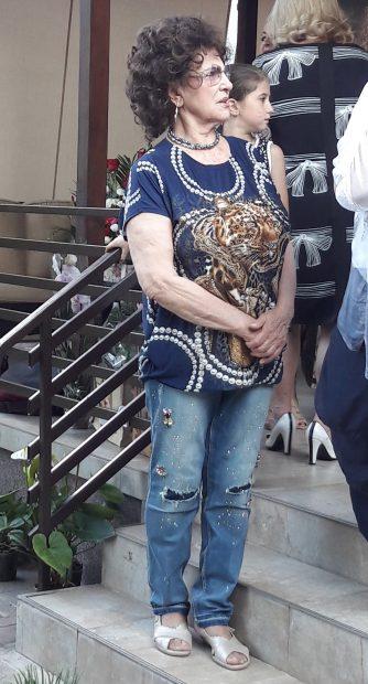 Irina Loghin poartă haine de adolescentă,