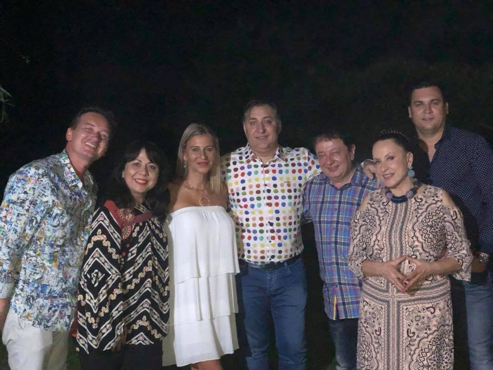 EXCLUSIV/ Maria Dragomiroiu și-a sărbătorit ziua de naștere desculță, în propria grădină / VIDEO