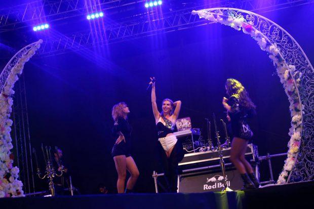 Corina a făcut show în ploaie la Sibiu Fashion Days. Copiii au vrut să urce cu ea pe scenă