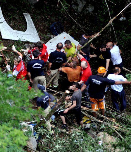Fotografie de la accidentul de autocar din Muntenegru, din 2013, în care 19 români au murit şi 28 au fost răniţi. Mai mulţi salvatori, printre care şi alpinişti, ajută victimele tragediei