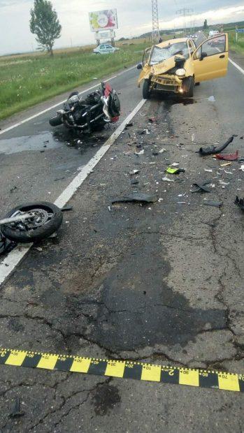 Fotografie de la ocul tragediei, cu motocicleta ruptă în două și Matizul galben de care s-a lovit