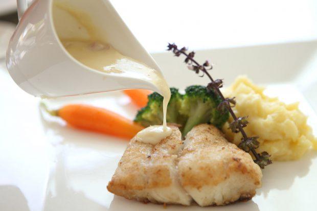 Rețete de vară de la Horia Vîrlan. Cel mai bun pește cu sos și o salată plină de vitamine